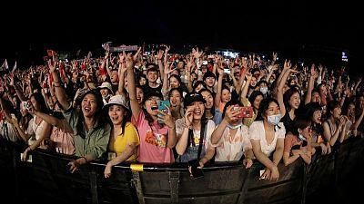 آلاف يحضرون مهرجانا موسيقيا بمدينة ووهان الصينية
