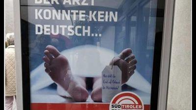"""Cadavere con la scritta """"Il medico non sapeva il tedesco"""""""