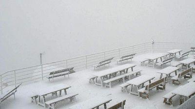 Vacanzieri aprono seconde case, abitanti in centro con gli sci