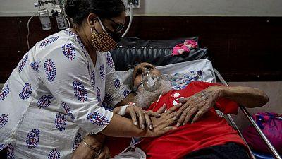Casos de COVID-19 en India permanecen cerca de un récord, otro estado impone confinamiento