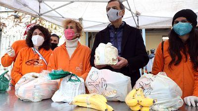 Il sindaco di Milano Giuseppe Sala a Natale tra i volontari