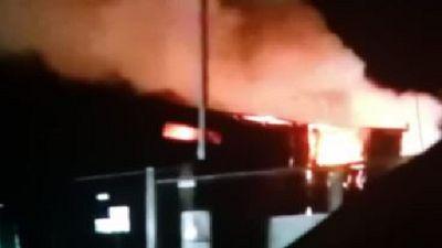Le fiamme hanno interessato capannone e mezzi