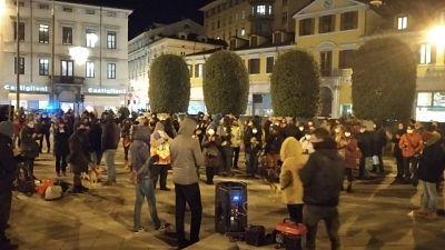Un centinaio di persone di associazioni davanti Consolato croato
