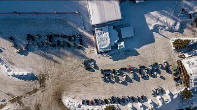 Flash.mob con le auto a comporre slogan 'lavoro e ristori'