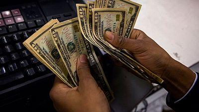 Dólar retrocede mientras operadores se preparan para más datos de EEUU