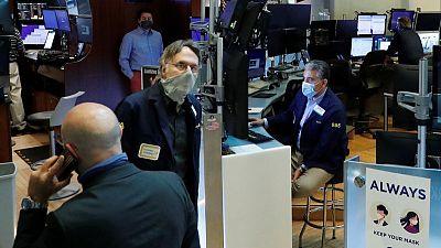 المؤشران إس اند بي 500 وداو جونز يبدآن الشهر على مكاسب وأسهم النمو تتراجع