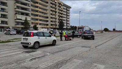 L'agente è stato trascinato per decine di metri sull'asfalto