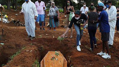 Brasil registra 983 nuevas muertes por COVID-19, total llega a 408.622