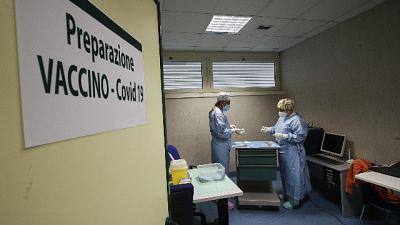 Sono 697 i nuovi casi, 11.697 test. In calo ricoveri area medica