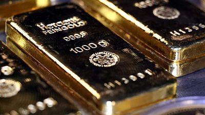 METALES PRECIOSOS-Oro cae desde máximo de dos meses lastrado por fortaleza del dólar
