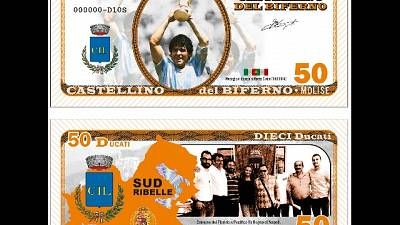 Comune stampa Pibe de Oro con maglia Napoli e Mundial 1986