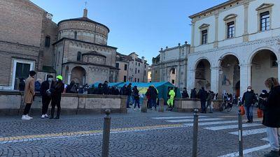 Due tendoni sanitari nella centrale piazza Duomo