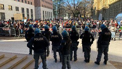 Circa cento persone protestano in Piazza Magnago