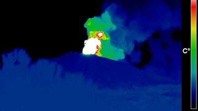 Forte attività esplosiva da cratere Sud-Est con colata lavica