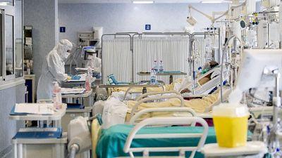 Più test e ancora 353 vittime. Salgono intensive,calano ricoveri