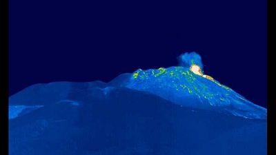 Lancio prodotti fuori da orlo cratere,incremento tremore vulcano
