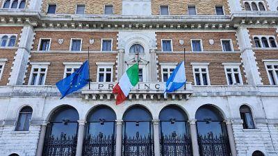 Bandiere a mezz'asta Palazzo di città Bari e Città Metropolitana