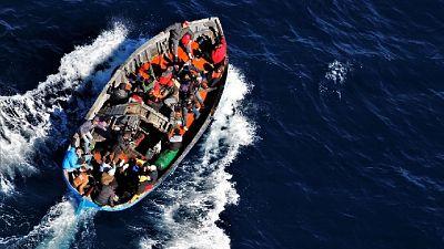 'Al largo della Libia, urla a bordo, persone in acqua'