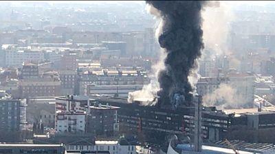 Bruciano ultimi piani edificio, fumo visibile a distanza
