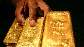 الذهب ينزل عن قمة شهر مع ارتفاع الدولار والعوائد الأمريكية