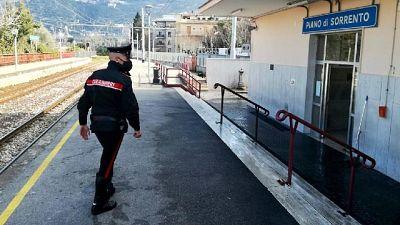 Militare segue la fuga dal balcone e indirizza colleghi in auto