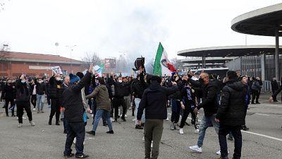 In migliaia si erano trovati fuori da stadio chiuso