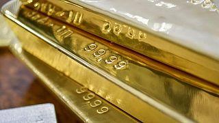 METALES PRECIOSOS-Precios del oro suben por debilidad del dólar antes datos empleo EEUU