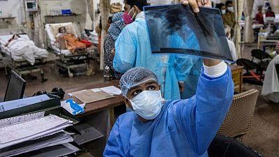 في الهند المنكوبة بكوفيد.. طبيب عمره 26 عاما يقرر من يعيش ومن يموت