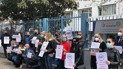 Flash mob a Torino davanti all'Agenzia delle Entrate