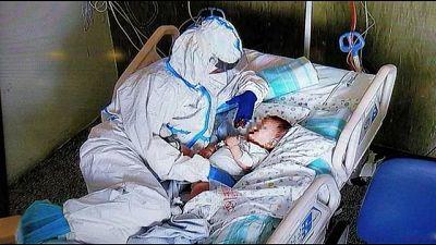 Virale foto coccole infermiera-bimbo, 'ma da noi sempre così'