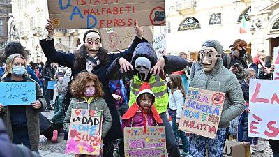 Manifestazione nel centro di Torino, tutti devono rientrare