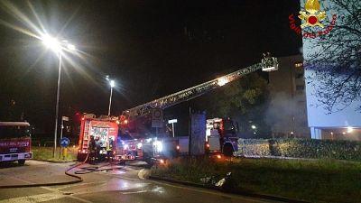 Pompieri scortano con respiratori 35 persone