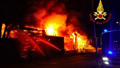 Numerose squadre dei pompieri impegnate in area produttiva