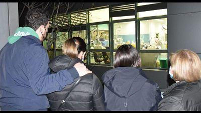 Moglie e figlie gli parlano davanti reparto rianimazione Arezzo