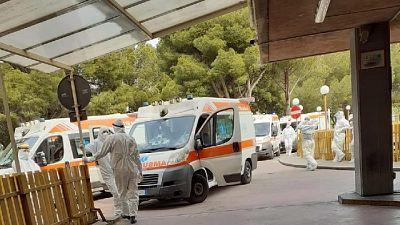Di nuovo ambulanze in coda davanti ad ospedali e pronto soccorso