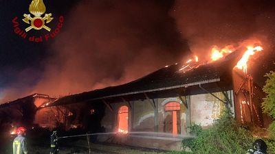 In fiamme capannone con coperture in eternit e materiale legnoso