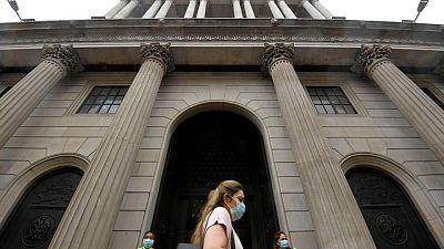 بنك إنجلترا المركزي يبقي على أسعار الفائدة وحجم شراء السندات دون تغيير