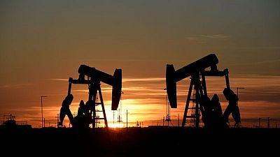 PETRÓLEO-Barril cae por alivio de temores sobre paralización de oleoducto, India lastra al mercado