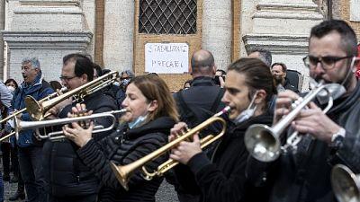 Manifestazione contro tagli, in piazza tra musica e arie liriche
