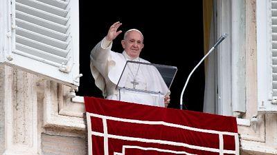 Bergoglio torna ad affacciarsi a San Pietro dopo più di un mese