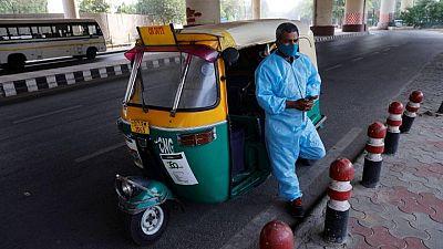عربات التوكتوك في نيودلهي تتحول إلى سيارات إسعاف لنقل مصابي كورونا
