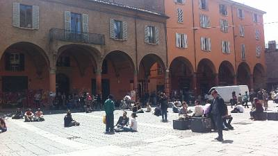 Folla in Piazza Verdi,. Forze dell'ordine la disperdono