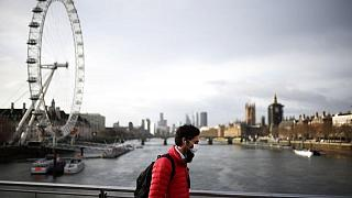 بريطانيا تسجل 48553 إصابة بكوفيد و63 وفاة
