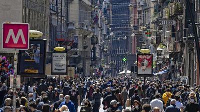Passeggiata per tanti, molti in attesa davanti ai negozi