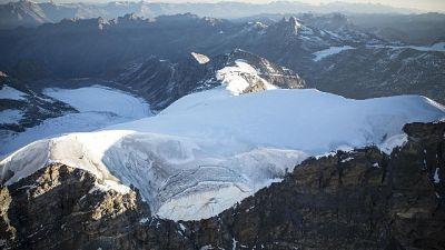 Dopo essere scivolato per 300 metri sul ghiacciaio Meitin