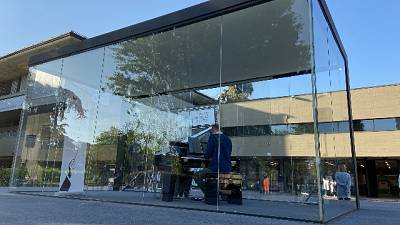 All'ingresso di Palazzo dei Congressi, performance dal vivo