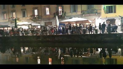 Migliaia di ragazzi affollano strade e in coda davanti ai locali