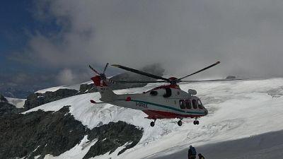 Oltre 20 metri dentro fessura di ghiaccio, scattati soccorsi