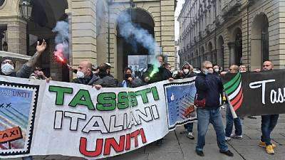 .Protesta davanti al Comune con petardi e fumogeni