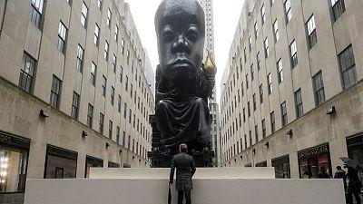 """Enorme """"Oráculo"""" recibe a los visitantes del Rockefeller Center en Nueva York"""